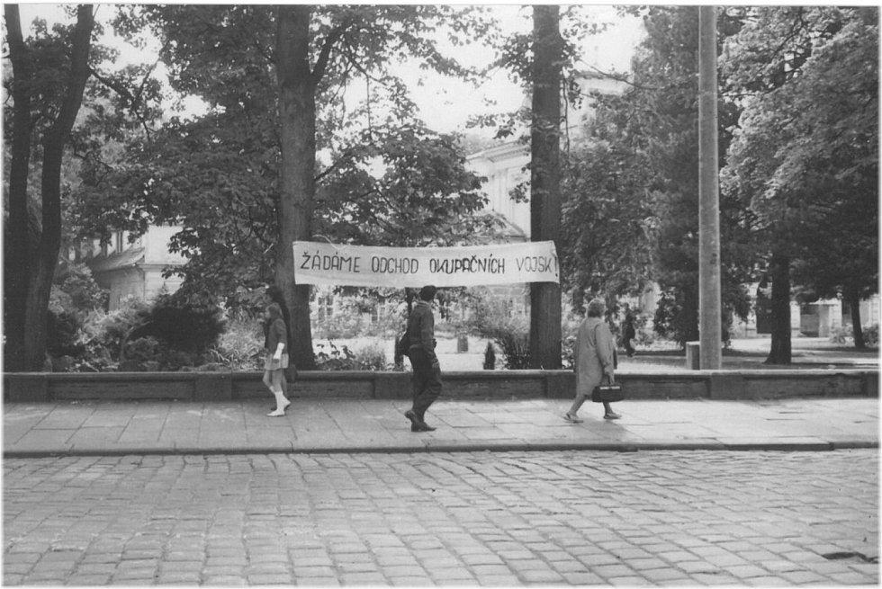 5. ODEJDĚTE. Fotografie pořízená vsrpnu 1968 u hotelu Grand na hlavní třídě. Pohled od sadů Prvního máje.