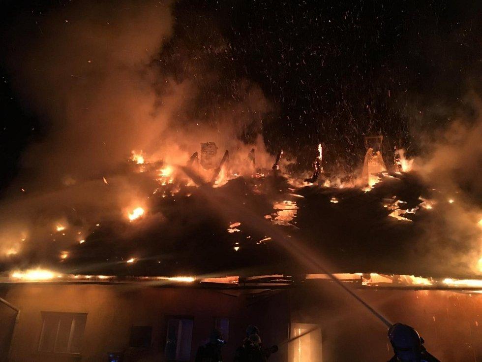 Střecha jedné z budov bývalého statku v Bohdíkově začala hořet v sobotu 10. prosince v noci. V plamenech se ocitl celý střešní prostor objektu.