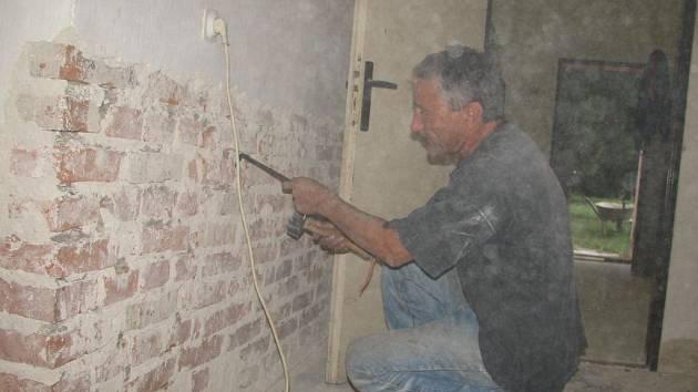 Zedníci mají za úkol přestavět prostory bývalého obchodu na byt.