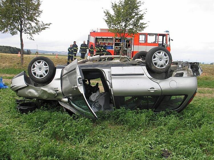 Fiat nedaleko Moravičan po rychlé jízdě skončil na střeše