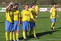 Fotbalisté Štítů (žluté dresy) porazili Oskavu
