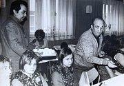 Závod Hedvy v Šumperku, jeho pracovníci a učni v druhé polovině 70. let.