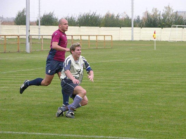 Kapitán Mohelnice Dan Šrot (vlevo) na snímku z loňského utkání Mohelnice s Mikulovicemi.