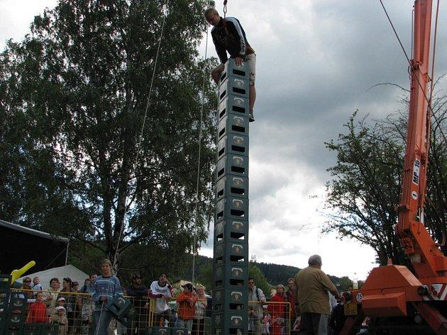 Odvážlivci se pustili do stavby věže z pivních přepravek.