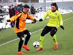 Fotbalisté Šumperku (v oranžovém) proti Rapotínu.