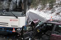 Škoda Forman narazila do linkového autobusu u Kosova