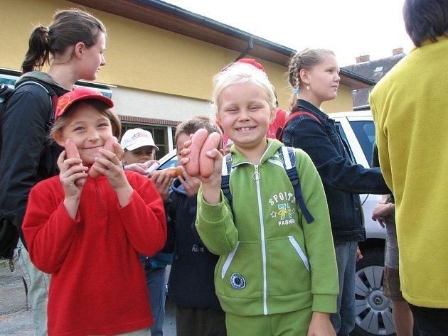 Děti se na výlet s klubem Čtyřlístek  vyzbrojily párky. Jejich opékání je čekalo po splnění úkolů.