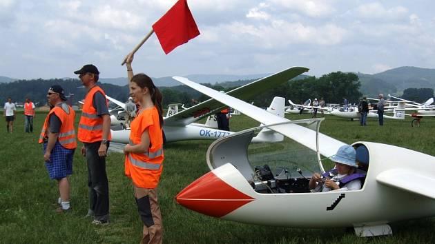 V kabině větroně se na svůj závod připravuje členka ženské reprezentace Dana Nováková.