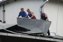 Snímek z loňského června, kdy vichřice zničila například střechu domu pro invalidy v Šumperku-Temenici