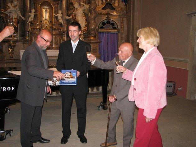 Josef Pavlíček (třetí zleva) pokřtil svou knihu Šumperké proměny na přelomu tisíciletí.