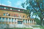 4. ZA SOCIALISTICKOU VLAST. Na fotce je přední trakt Okresního domu pionýrů a mládeže. Budova byla postavena vrámci akce Za ve své době se řadila mezi nejlepší zařízení tohoto druhu vrepublice.