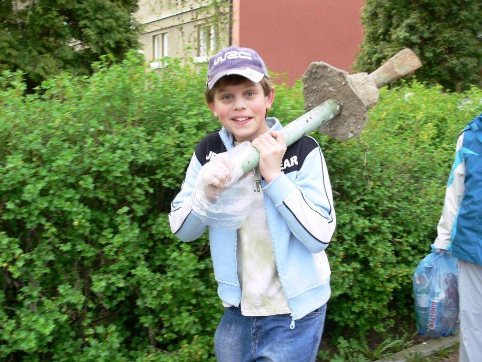 Páťáci z III. ZŠ v Šumperku uklízeli kolem školy.