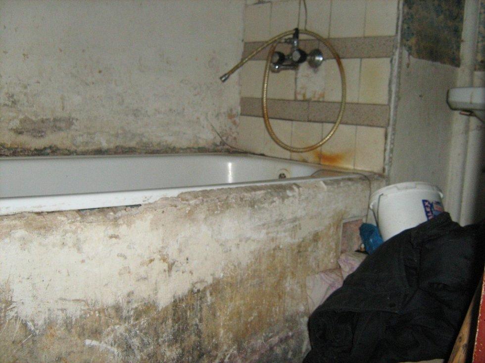 Takhle vypadá podle podnikatele byt první kategorie za čtyři tisíce měsíčně. Uvařit není kde a v celém bytě teče jen studená voda.