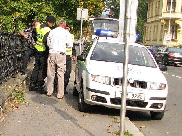 Viník nehody ze 16. září zcela vlevo schovaný za policistou