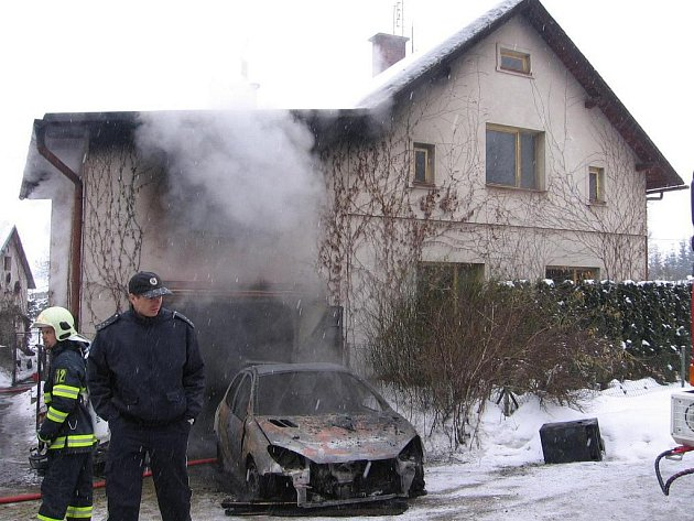 Požár zcela zničil garáž a osobní vůz
