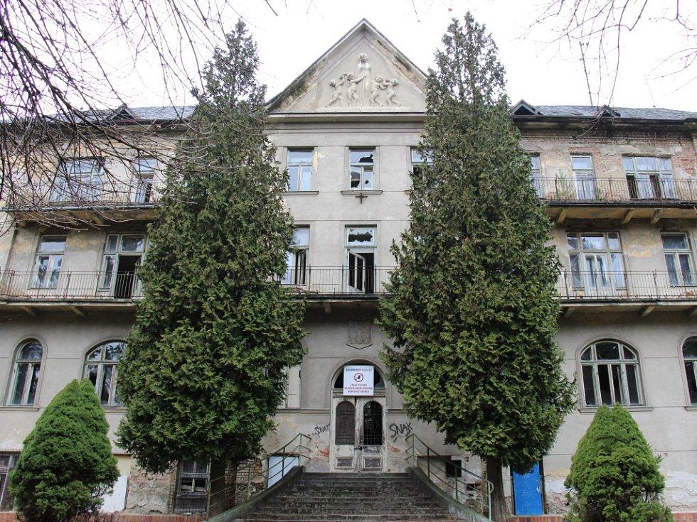 Odborníci z oboru stavebnictví konstatovali, že budova je už v neopravitelném stavu.