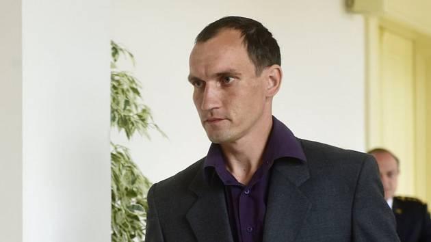 Obžalovaný řidič hasičské cisterny Petr Matějíček na chodbě šumperského okresního soudusobního auta, se kterým se cisterna střetla. Matějíček je obžalován z usmrcení z nedbalosti a těžkého ublížení na zdraví z nedbalosti, hrozí mu až šest let vězení. Neho