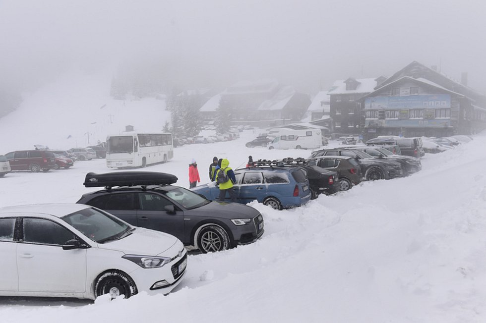 Zaparkovaná auta 5. února 2020 v horském středisku Červenohorské sedlo v Jeseníkách.