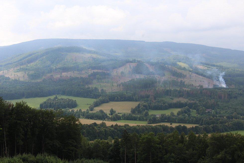 Následky kůrovcové kalamity - pohled na Osikový vrch a horu Příčná v roce 2018.