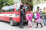 Školní autobusy nejezdí, děti z Branné vozí do školy hasiči