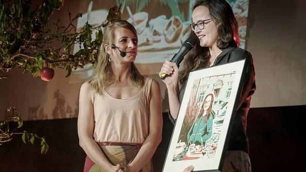 Martina Seidlerová (vpravo) při převzetí Ceny Via Bona.