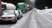 Silnice první třídy z Jeseníku do Šumperku byla v pátek 22. února v oblasti Červenohorského sedla tři hodiny uzavřena kvůli nesjízdnosti. Vozovku pokryl led.