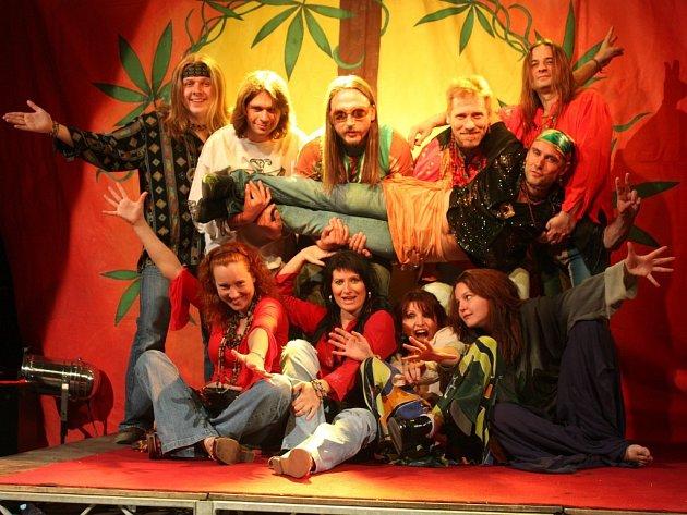 Atmosféru šedesátých let si připomenou návštěvníci muzikálu Vlasy v šumperském Domě kultury.