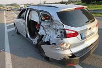 Kvůli oslnění sluncem boural v neděli 28. srpna na ochvatu Rájce řidič Fordu Focus. Přejel do protisměru, kde narazil do autobusu.
