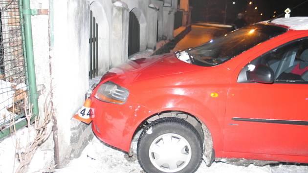 Mladý řidič v Husitské ulici v Šumperku neubrzdil svůj Volkswagen Golf a narazil do auta před sebou. Chevrolet řízený šestapadesátiletou řidičkou pak skončil v betonové podezdívce plotu.