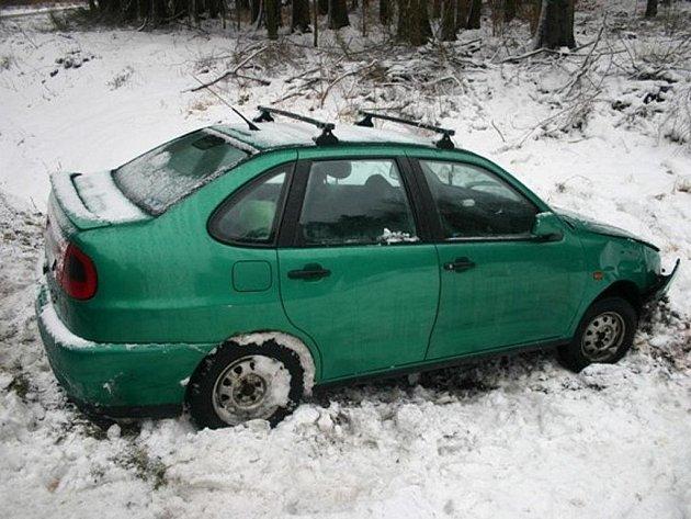 Řidiče na Jesenicku potrápil sníh, v pátek havarovaly dva vozy