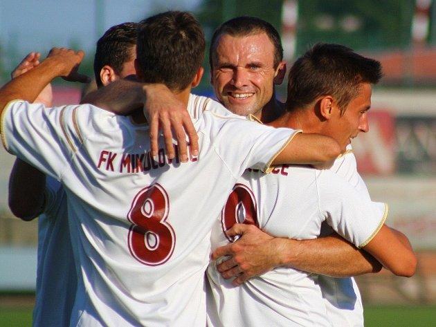 Zábřeh versus Mikulovice (bíločervené dresy) během pohárového utkání.