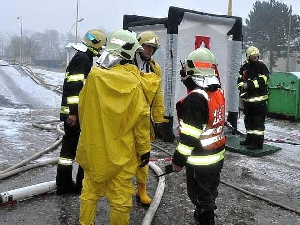 Hasiči zasahují při požáru galvanovny v Postřelmově
