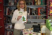 Vedoucí knihkupectví si prohlíží přáníčka dětí