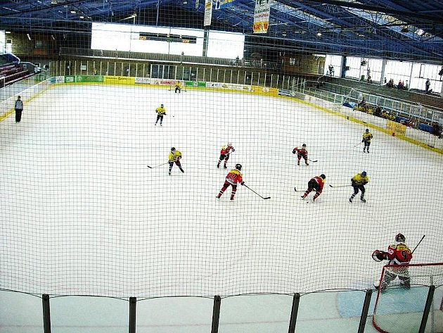 Pohled do vnitřku šumperského zimního stadionu. Za čtyřicet let se tento pohled téměř vůbec nezměnil