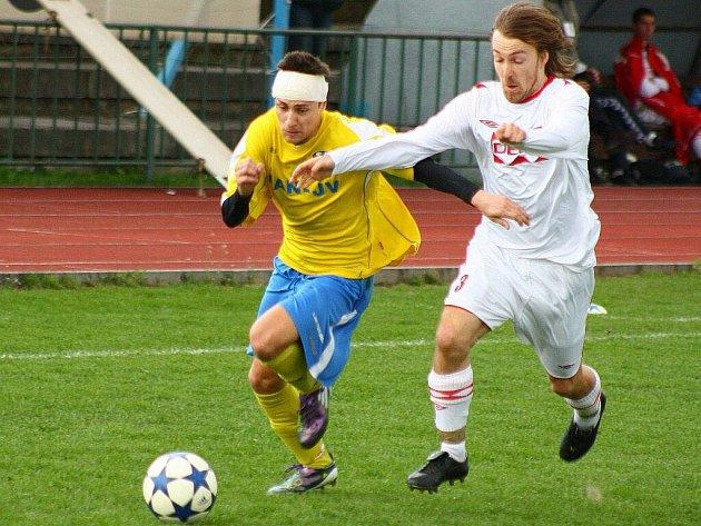 Šumperští fotbalisté (žluté dresy) v utkání s Valašským Meziříčím