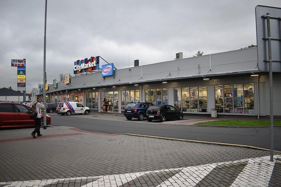 Obchod v nákupní zóně v Jeseníku, do něhož vjelo osobní auto.