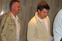 Žádný z trojice obviněných policistů o popularitu nestál. Stanislav Oprchal (vpravo) utíká s Tomášem Závadou od soudu.