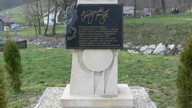 Pomník obětem inkvizice ve Vernýřovicích. Čarodějnické procesy jsou nedílnou součástí historie regionu.