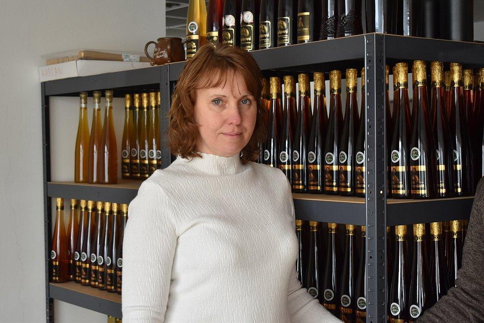 Šárka Vybíralová a Roman Šerák vyrábí v České Vsi ovocná vína.