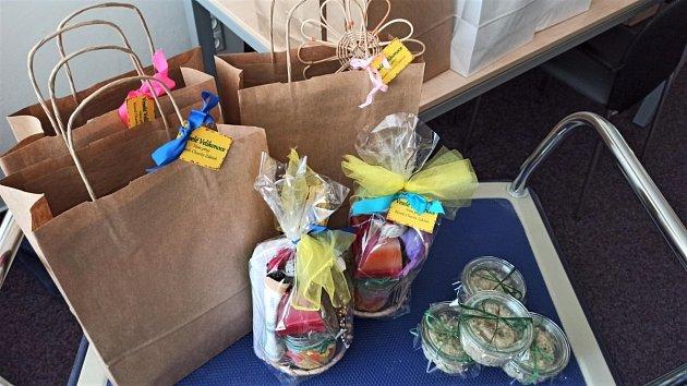 Velikonoční balíčky obsahovaly věnce, ozdoby, svíčky, přáníčka, šperky nebo látkové pytlíky. Nejvíce šla na dračku populární škvarková pomazánka