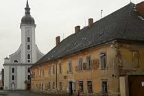 Město opraví zchátralou budovu soudu na javornickém náměstí. Objekt bude sloužit turistům