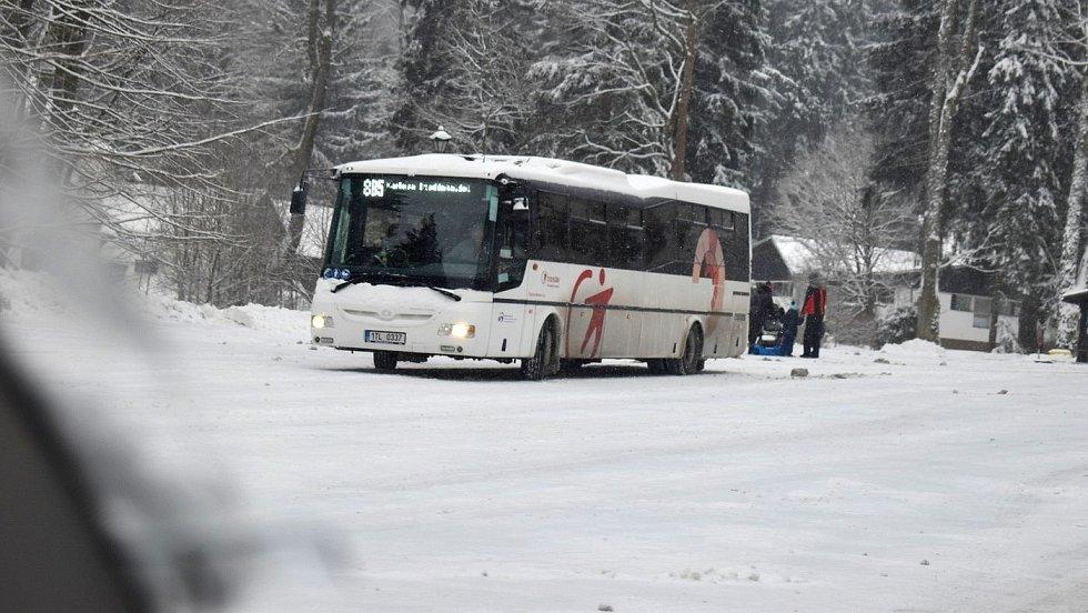 Silnice pod Pradědem v okolí Karlovy Studánky a Malé Morávky v neděli 7. února 2021