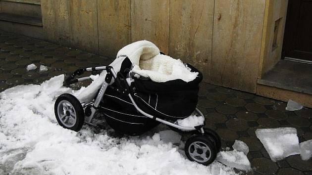 Kočárek poničený po pádu sněhu a ledu ze střechy domu Masarykova náměstí v Zábřehu