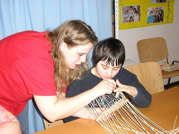 Klienti zábřežského charitního zařízení Okýnko se učili plést košíky.