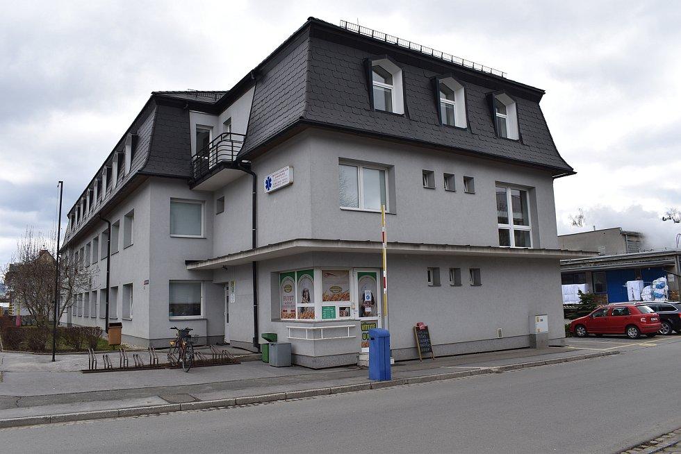 Středisko zdravotnické záchranné služby na okraji areálu Nemocnice Šumperk.
