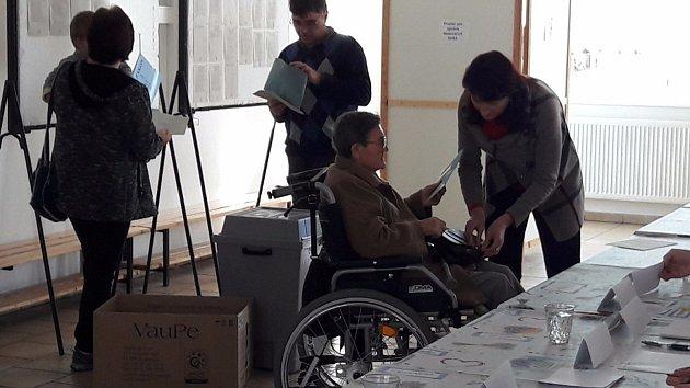K volbám v Javorníku přišla i místní nejstarší obyvatelka Marie Gänsdorferová (na vozíku).