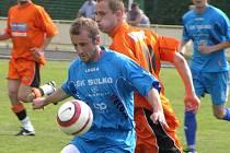 Zábřežský Tomáš Vývoda si kryje míč před hráčem Hartvíkovic.