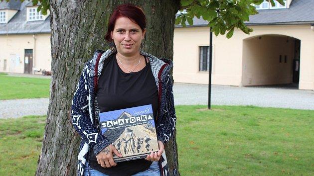 Michaela Stuchlá s knihou o šumperské Sanatorce
