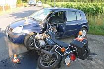 Snímek z místa nehody motorkáře a Clia