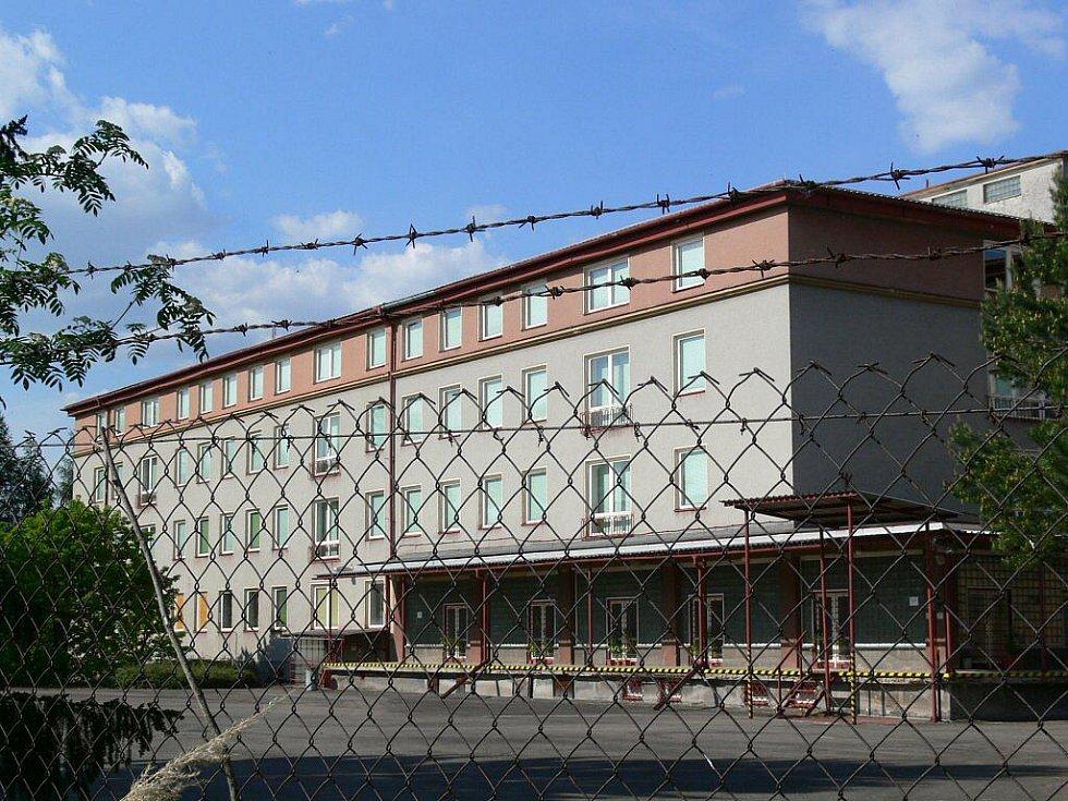 Prázdný areál krizové nemocnice v Zábřehu se ukrývá na vysokým plotem a hradbou stromů